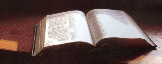 Perché per i cristiani la Bibbia è ritenuta più importante di ogni altro libro o documenti storici?